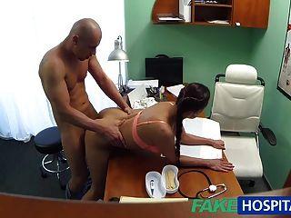 가짜 병원 간호사가 근육 강화를 위해 빌어 먹을 처방을 내린다.