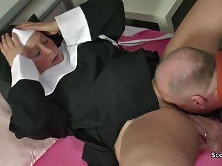 독일 할머니 수녀가 아빠와 섹스 테이프로 잤어.