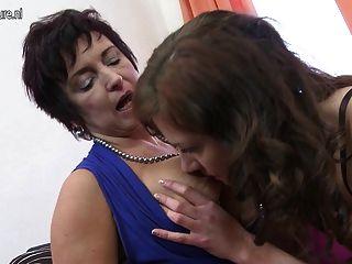 젖은 성숙한 레즈비언 가슴과 고양이를 빠는 뜨거운 소녀