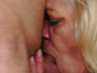오래 된 할머니는 그녀의 어린 학생 소년을 처벌 하 고