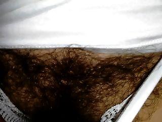 내 아내는 투명한 흰색 란제리로 매우 털이 많습니다.