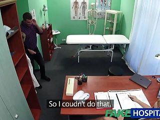가짜 병원 간호사가 정자 샘플을 위해 성기를 빨아 먹는다.