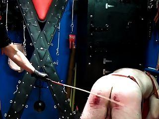극단적 인 caning 제복을 입은 잔인한 여주인으로부터 220 스트로크