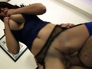 busty policewoman 그녀의 입에서 정액을 점점 사랑한다.