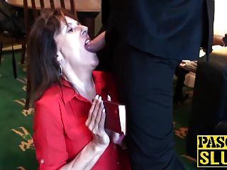 이혼 한 성숙한 여인 판도라는 복종하는 성관계를 즐긴다.