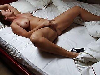 침대에서 자위하는 아름다운 성숙한 여인