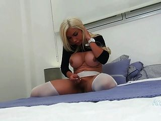천사 cid 셔츠를 통해보고 그녀의 큰 가슴을 보여줍니다.