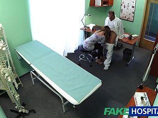 가짜 병원 섹시한 주부가 그녀의 의사와 남편에게 속임수를 쓴다.