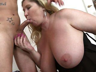 집 vid busty 어머니는 그녀의 어린 소년을 잤어.