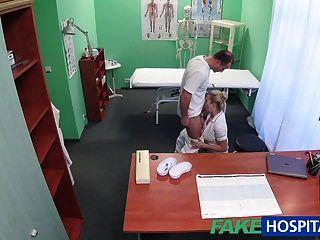 가짜 병원 섹시 간호사가 의사에 의해 괴롭힘을 당한다.
