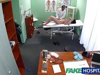 가짜 병원 뜨거운 베이비가 의사가 자기 가슴을 빨아주고 싶어.