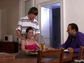 피자 녀석이 그의 섹시한 아내를 엿먹 인 것을 보는 남편