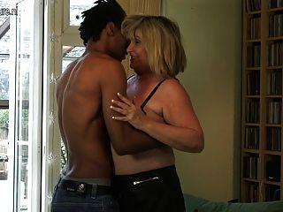 큰 할머니는 젊은 흑인 소년을 망할.
