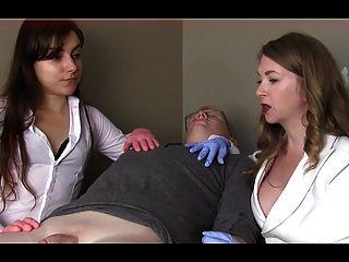 여성 의사가 작은 물건을 굴욕