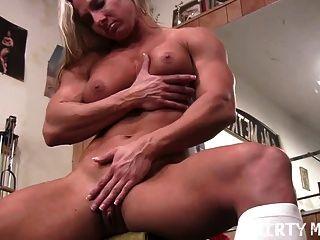 섹시한 버프 금발 체육관에서 그녀의 큰 clit 밖으로 작동합니다.
