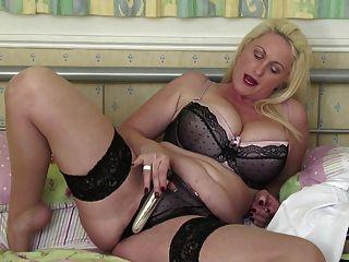 큰 가슴과 엉덩이와 섹시한 성숙한 엄마