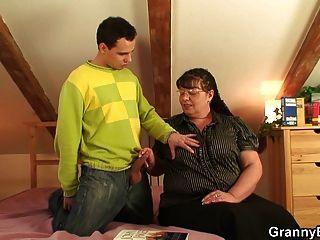 그는 그녀의 뚱뚱한 늙은 여자를 때려 눕힌다.