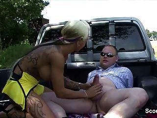 독일어 거리 매춘부는 돈을 위해 야외 노인을 망 쳤어.