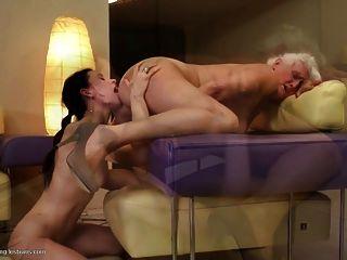 할머니는 젊은 레즈비언 소녀를 성교한다.