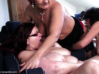 슬림하고 큰 성숙한 엄마는 행운아를 빨아 먹고 성교한다.