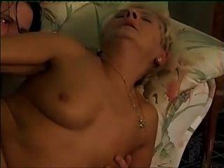흰색 스타킹에 금발 할머니는 어린 소년을 호출합니다.