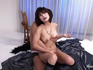 japanese cutie는 jizz와 함께 샤워 한 얼굴과 가슴을 얻습니다.