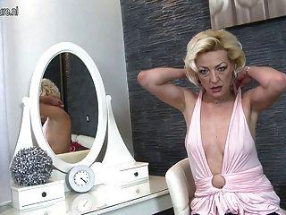 그녀의 젖은 음부와 놀고 성숙한 금발 엄마