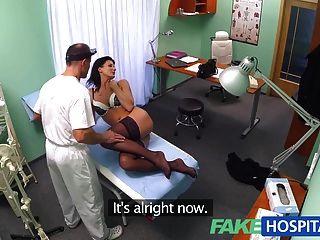 가짜 병원 의사가 환자가 잘 검사되었는지 확인합니다.