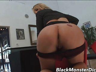 금발의 유부녀 검은 엉덩이에 의해 좆 된 알랭 엉덩이