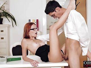섹시한 susana는 사무실 책상 위에 구부러져있다.