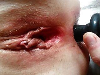 영국의 swinger milf가 풍선 엉덩이 플러그 dp를 시도합니다!제 3 부