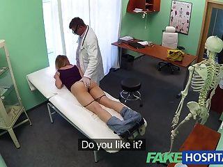 가짜 병원 의사는 믿을 수탉이 언어를 무시합니다