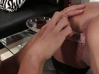섹스 토이와 스트레인으로 섹스하는 2 명의 뜨거운 인종 간 레즈비언