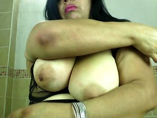 목이 엉덩이와 음부와 뚱뚱한 성숙한 어머니
