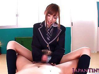 몸집이 작은 일본 여학생 pov가 주저하고 거시기를 빤다.