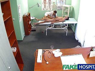 가짜 병원 간호사가 빨기 전에 환자를 마사지합니다.