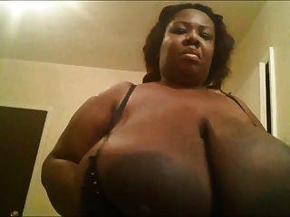 검은 색 bbw 그녀의 거대한 가슴과 함께 재생됩니다.