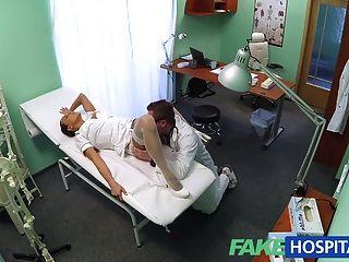 fakehospital 섹시한 새 간호사가 새 사장님을 위해 일하는 것을 좋아합니다.