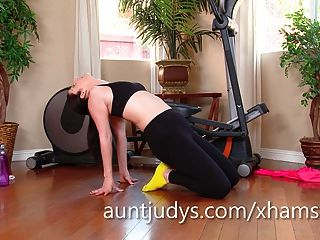 앨리 시아 실버는 그녀의 몸과 걔 집애에서 일합니다.