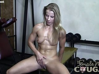 근육 쿠거는 그녀의 젖은 음부와 연극