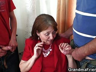 아주 오래 된 할머니는 양쪽 끝에서 가져옵니다.