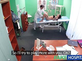가짜 병원 의사가 젖은 음부 문제를 해결합니다.