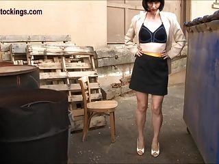 거들과 스타킹을 입은 비열한 유부녀 비서관