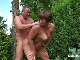 어머니는 독일 어린 소년을 유혹해서 정원에서 그녀를 성교시킵니다.