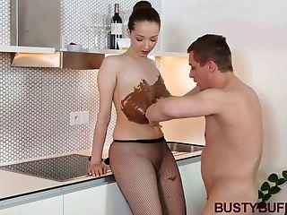 busty 버피는 초콜릿 \u0026 젖꼭지로 덮여있다.