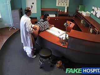가짜 병원 의사가 섹스 환자를 쉽게하기 위해 그의 자루를 비운다.
