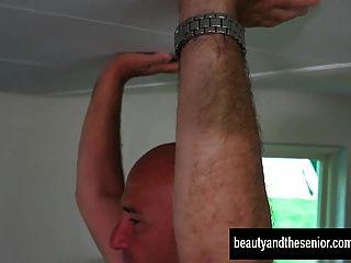 섹시한 사춘기 kitina는 오래된 거시기 걸릴