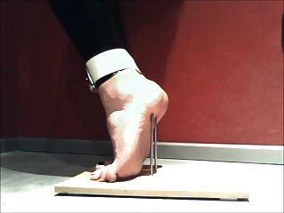 손톱으로 발끝에 서서 묶는 발 고문