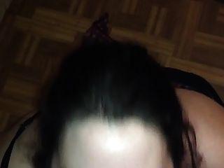 큰 갈색 머리 그녀의 얼굴에 정액의 bigs 샷을 가져옵니다.
