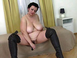 가죽 부츠에 큰 뚱뚱한 엄마가 그녀의 음부를 망친다.